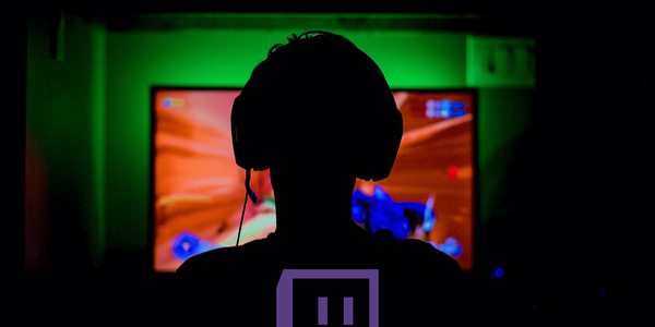 That's bold! Twitch-Streamer cheats in front of a running camera